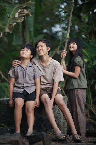 Ba nhân vật chính trong phim là hai anh em Tường (trái) - Thiều và cô bé Mận.