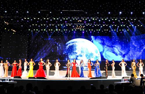 Đêm chung kết cuộc thi Hoa hậu Hoàn vũ Việt Nam 2015 sẽ có những màn trình diễn đặc sắc của các ca sĩ nổi tiếng hàng đầu Việt Nam như: Đàm Vĩnh Hưng, Thu Minh, Hồ Ngọc Hà.