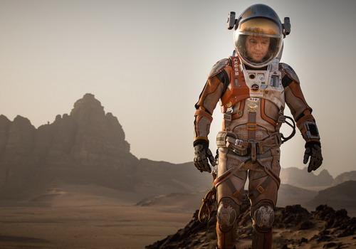 Matt Damon vào vai chàng phi hành gia bị bỏ lại một mình và phải tìm cách sinh tồn trên một hành tinh chết.