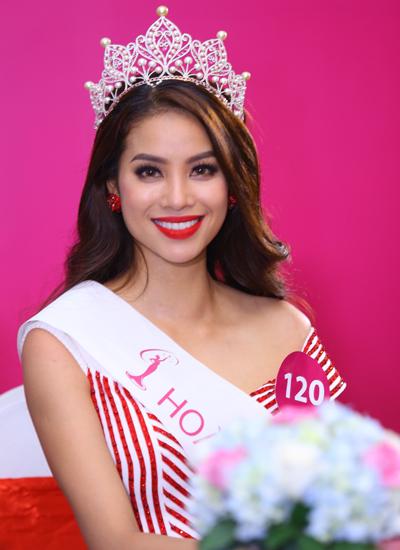 Phạm Hương tại buổi họp báo sau khi đăng quang danh hiệu Hoa hậu Hoàn vũ Việt Nam 2015