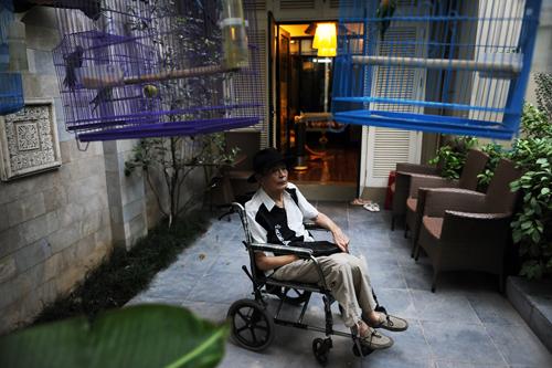 Thanh Tùng với khoảng sân nhỏ sau nhà, thông với phòng ngủ của ông.