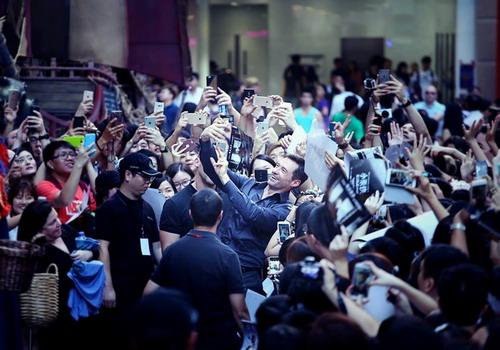 """Hugh Jackman trong vòng vây người hâm mộ ở Hong Kong khi tới đây ra mắt phim """"Pan"""" vào cuối tháng 9. Ảnh: Nick M."""