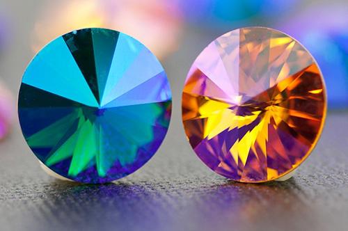pha lê Swarovski trong suốt như kim cương, chuẩn xác trong từng đường cắt.