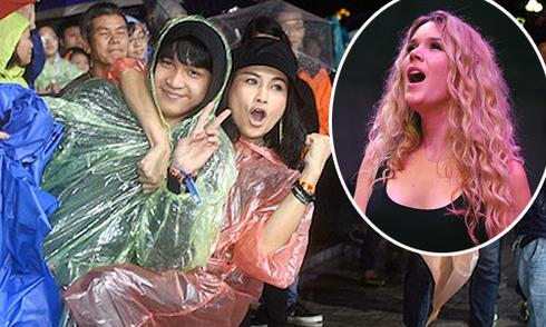 Noo Phước Thịnh 'đội mưa' hát ở Hà Nội