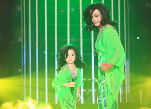 Bảo Ngọc (trái) và ca sĩ Phan Ngọc Luân hát