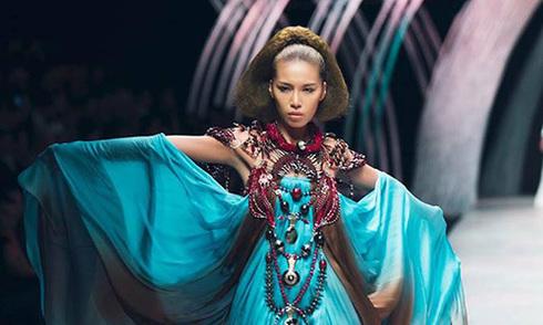 Minh Tú - người mẫu ấn tượng của Tuần thời trang Quốc tế