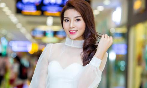 Kỳ Duyên mặc váy công chúa đi xem triển lãm