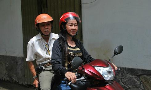 Nhạc sĩ Vinh Sử được vợ cũ chở đi quay MV