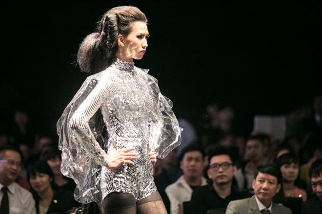 Người mẫu 1,9 m hóa thân thành cô gái ngoài hành tinh