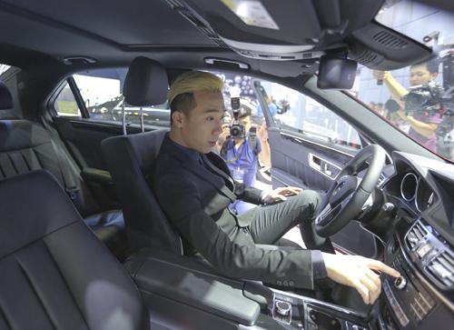 Sở hữu dòng xe cao cấp này, Trấn Thành đã chính thức trở thành một trong những thành viên mới nhất của câu lạc bộ người nổi tiếng Mercedes khi cùng tham gia sự kiện triển lãm ôtô Việt Nam 2015.