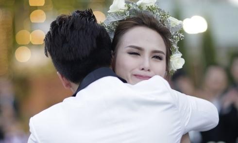 Vợ chồng Diễm Hương khóc trao nhẫn cưới cho nhau dưới mưa