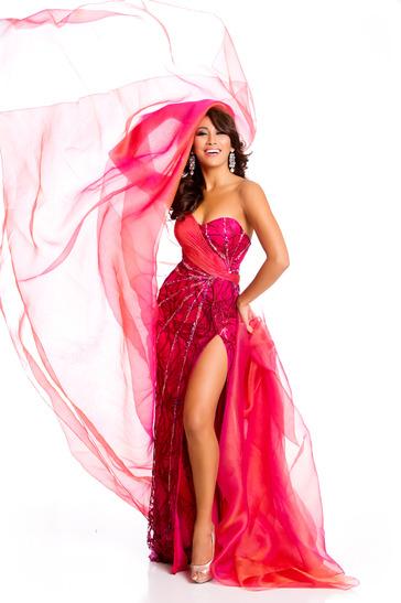 Hoa hậu Malaysia với chiếc váy rực rỡ.