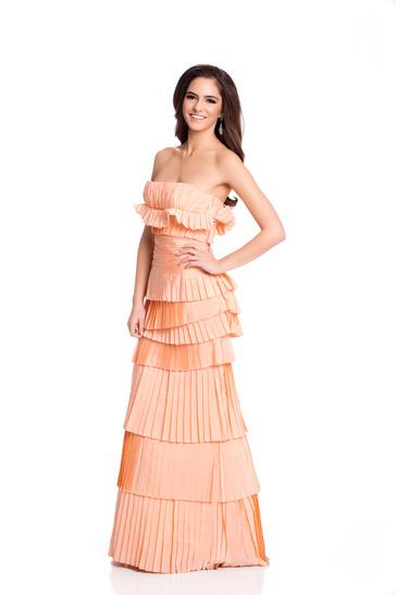 Hoa hậu Thổ Nhĩ Kỳ chọn váy dạ hội xếp nhiều tầng khi chụp ảnh.