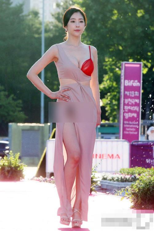 Váy áo gây tranh cãi của sao châu Á năm 2015