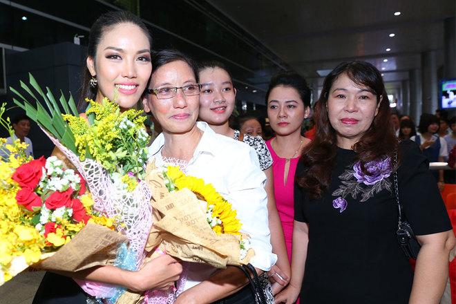 Lan Khuê khóc òa trong vòng tay mẹ khi về đến Việt Nam