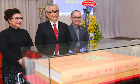 'Tổng tập sắc phong Việt Nam' được tặng cho Bảo tàng lịch sử