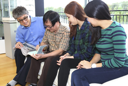 Nguyễn Nhật Ánh (thứ hai từ trái qua)