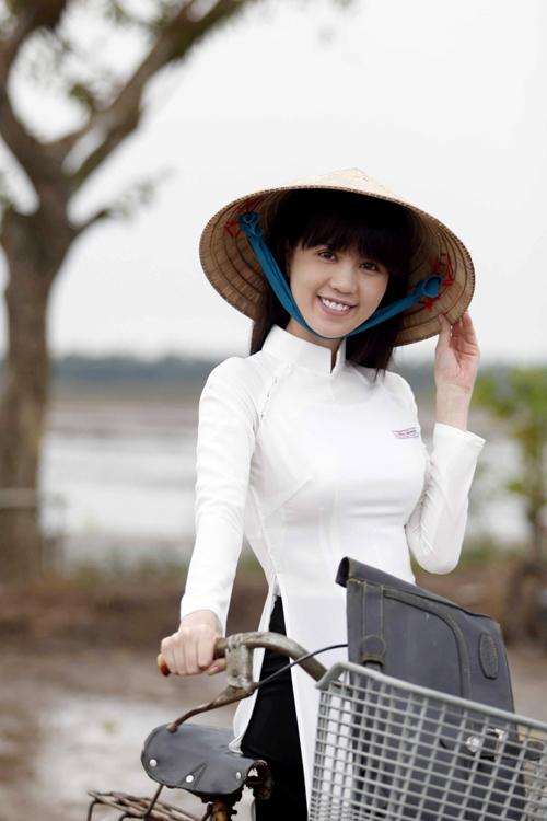 Ngọc Trinh khoe ảnh diện áo dài, đội nón lá