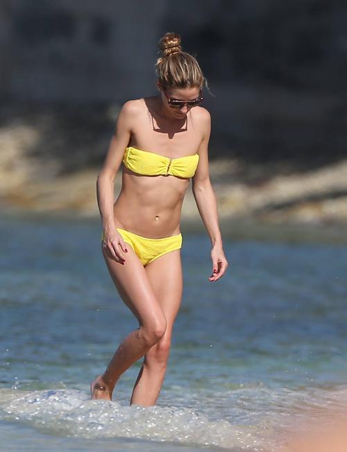 Sao khoe hình thể với bikini đầu năm
