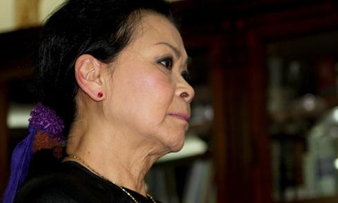 Khánh Ly rưng rưng trong lễ giỗ đầu chồng