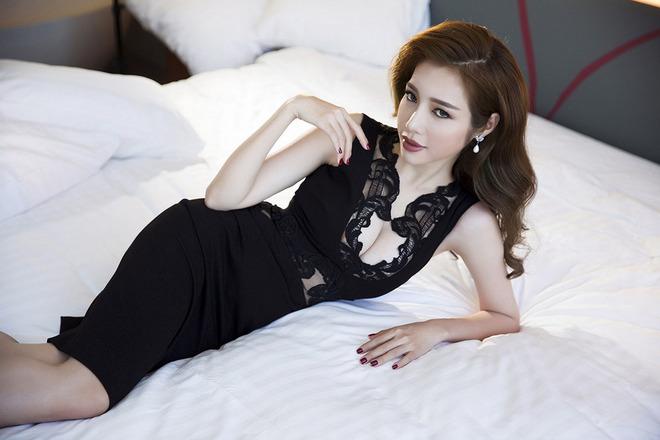 Elly Trần khoe hình thể nóng bỏng sau sinh