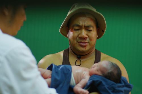 Hiếu Hiền đưa con gái mới sinh 6 tiếng lên phim Tết