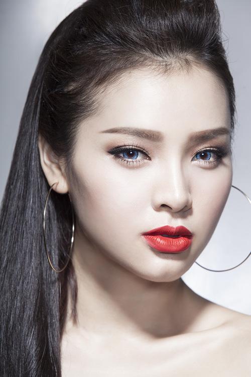 Phương Trinh Jolie gợi cảm với nhiều sắc môi