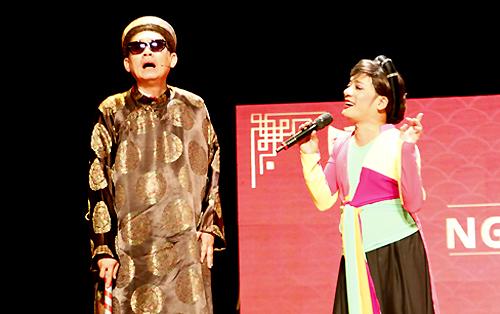 Nghệ sĩ Hữu Châu (trái) và Minh Nhí