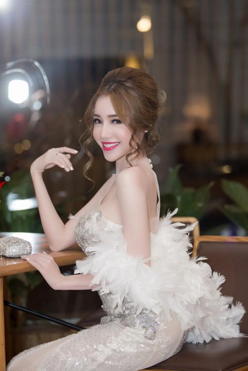 Elly Trần, Ngọc Trinh khoe vòng một với váy cắt xẻ
