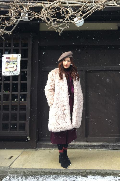 Diễm My 9x phối áo khoác dưới trời tuyết Nhật Bản