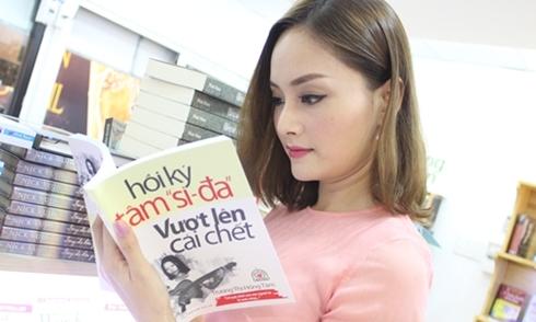 Lan Phương mua sách ủng hộ tác giả hồi ký 'Tâm si-đa'