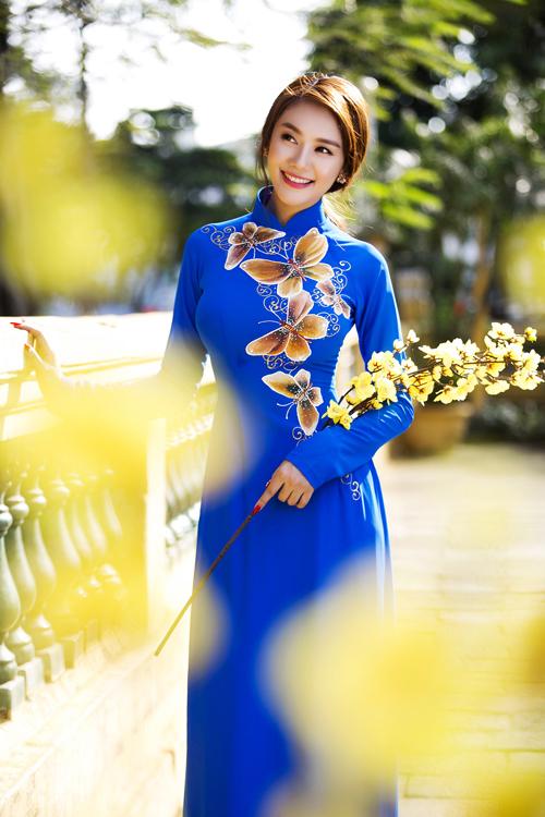 Ngọc Trinh, Linh Chi dịu dàng trong áo dài xuân
