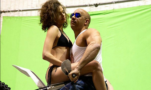 Vin Diesel đóng cảnh mạo hiểm với mỹ nhân bikini trong 'xXx 3'