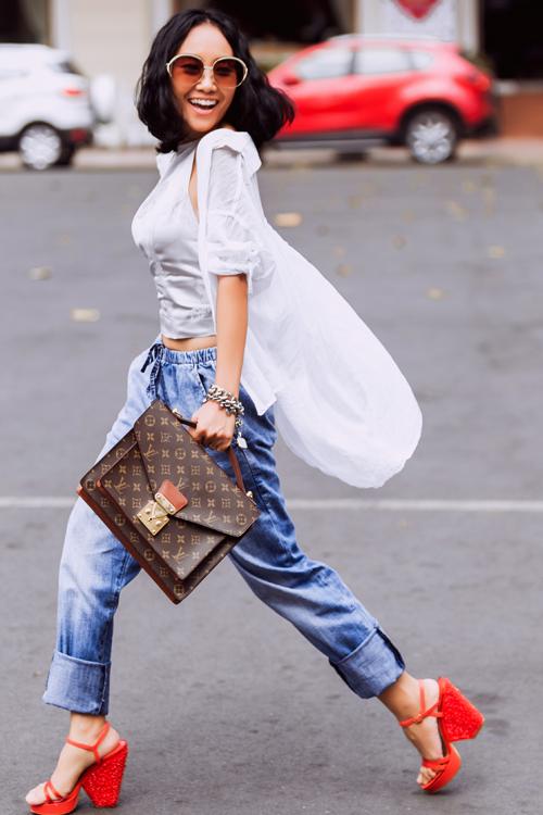 Đoan Trang phối quần jeans, áo gấm dạo phố