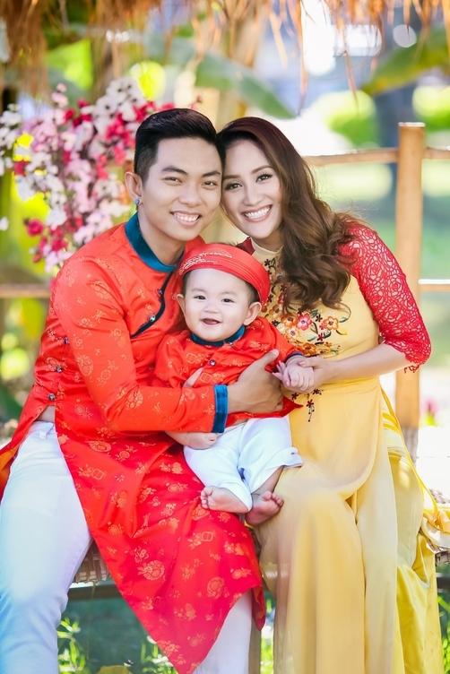 Phan Hiển - Khánh Thi đưa con trai đi du xuân