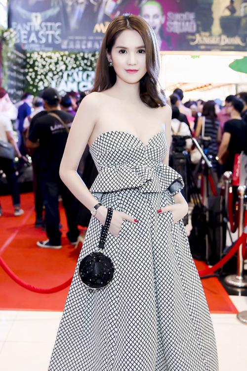 Ngọc Trinh, Trà Ngọc Hằng khoe dáng với váy hàng hiệu