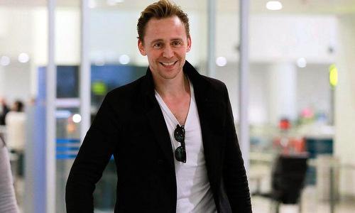 loki-tom-hiddleston-choi-guitar-tren-chuyen-bay-toi-ha-noi-1