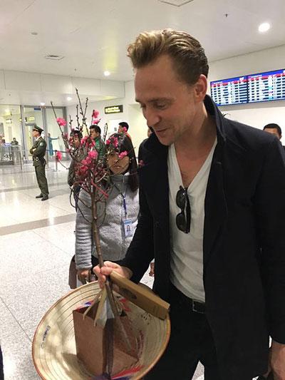loki-tom-hiddleston-choi-guitar-tren-chuyen-bay-toi-ha-noi