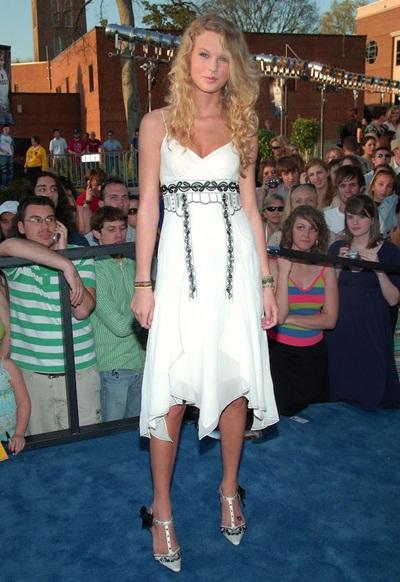 Ca sĩ Taylor Swift đã sớm tỏ ra sắc sảo và sở hữu gu ăn mặc gợi cảm, thời thượng trên thảm đỏ từ năm 2006.