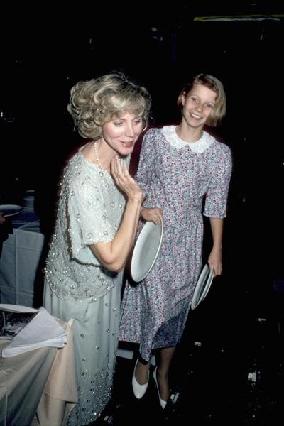 Trông Gwyneth Paltrow mặc váy hoa đáng yêu như một cô gái đồng quê khi cùng mẹ, nữ diễn viên Blythe Danner, lần đầu tham dự một sự kiện năm 1985.