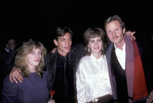 Julia Roberts xuất hiện cùng cả gia đình trên thảm đỏ năm 1980 với kiểu áo sơ-mi lụa sang trọng.