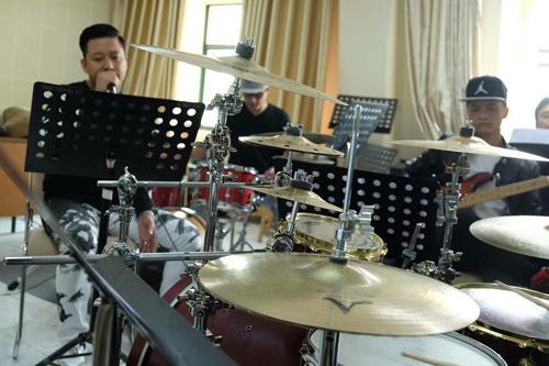 tuan-hung-huy-20-show-dien-de-don-suc-cho-dem-nhac-rieng-2