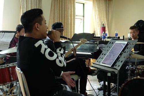 tuan-hung-huy-20-show-dien-de-don-suc-cho-dem-nhac-rieng-4