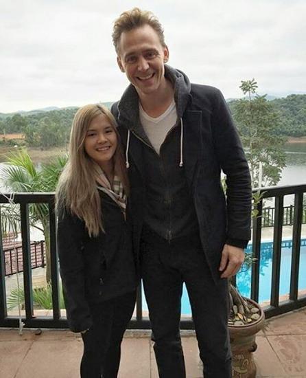 Nam diễn viên chính - Tom Hiddleston - chụp ảnh cùng một cô gái người Việt. Ảnh: Instagram Hiddlesfashion.