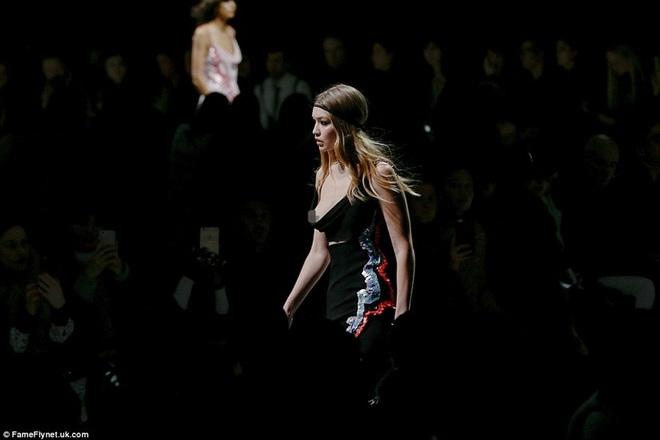 Siêu mẫu 19 tuổi lộ ngực trên sàn catwalk