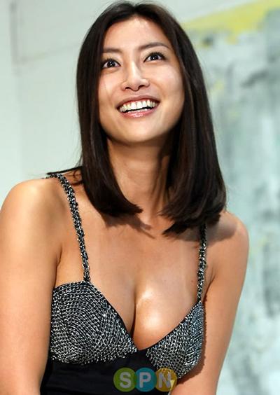 Cuối năm 2011, Hoa hậu Hàn Quốc 1995 Han Sung Joo bị bạn trai cũ (quốc tịch Mỹ) tung video giường chiếu. Tiếp đến, người đàn ông này gửi email tới báo giới, tố cáo Sung Joo từng là gái bao cao cấp cho nhiều đại gia thế lực, thậm chí Hoa hậu còn cặp với một người hơn mình 20 tuổi. Phía Hoa hậu bác bỏ những điều này song danh tiếng của cô bị ảnh hưởng không nhỏ.