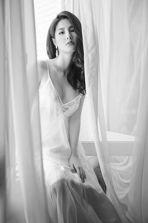 Diễm My 9x khoe hình thể trong váy ngủ xuyên thấu