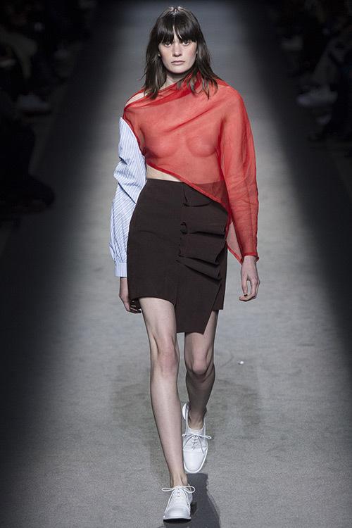 Người mẫu để hở bầu ngực mở màn Tuần thời trang Paris