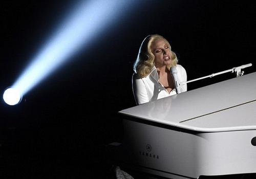 """Lady Gaga say sưa hát và chơi Piano trên sân khấu Oscar hôm 28/2 khi thể hiện """"Til It Happens to You""""."""