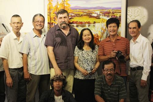 Các họa sĩ và giáo sư Việt - Nga chụp ảnh thân mật tại buổi công bố triển lãm.